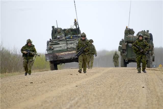 Members from the 5 Canadian Mechanized Brigade Group dismount and conduct mine clearance drills in the training area of 3rd Canadian Division Support Group, Wainwright, AB during the main thrust of the advance party for Exercise MAPLE RESOLVE 15, 6 May 15. Des membres de la 5e Groupe-brigade mécanisé du Canada effectuent des exercices de déminage dans la zone d'entraînement de la 3e Division de l'appui Groupe canadien, Wainwright, AB pendant l'essentiel de la partie avance pour l'exercice MAPLE RESOLVE 15 6 du 15 mai. Photo by: Sgt Dan Shouinard, Photo par: Sgt Dan Shouinard, Maple Resolve 15 LF2015-0025-033
