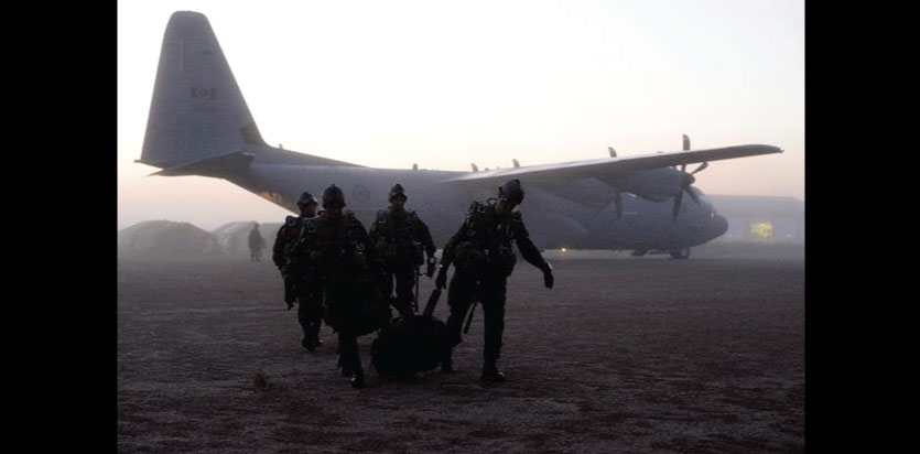 Soldiers from 3rd Battalion, Princess Patricia's Canadian Light Infantry, load equipment on a CC-130J Hercules in the Wainwright Garrison training area, during Exercise MAPLE RESOLVE on May 25, 2016. Photo: Sergeant Jean-Francois Lauzé, Garrison Imaging Petawawa ©2016 DND/MDN Canada